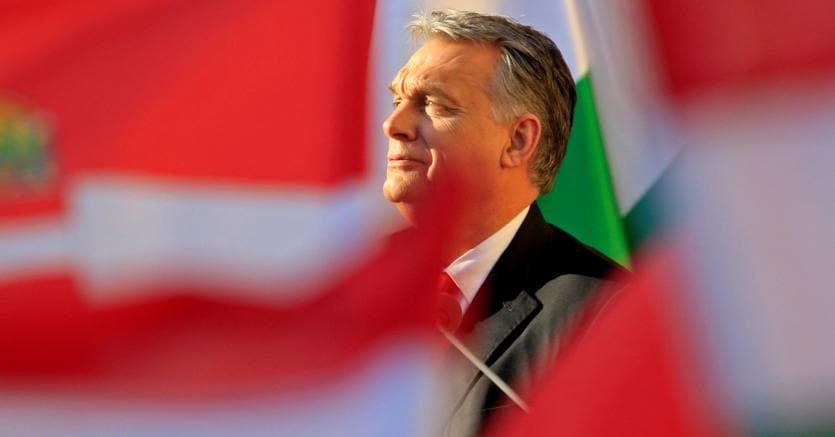 Viktor Orban non solo contesta l'Ue dall'interno di un gruppo europeista, ma in patria fa campagne sia anti-islamiche che anti-semite