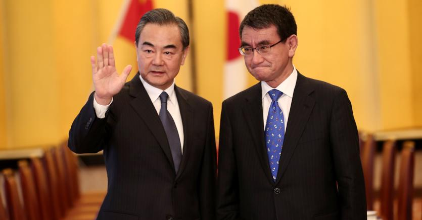 Il ministro degli Esteri giapponese Taro Kono  con il ministro degli Esteri cinese Wang Yi  (Afp)