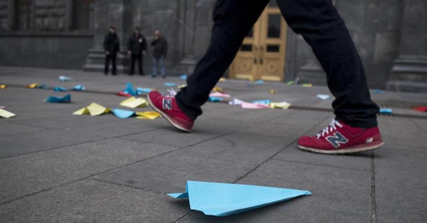 Aeroplanini di carta alla sede dei servizi di sicurezza diMosca per la protesta contro il blocco diTelegram (Ap)