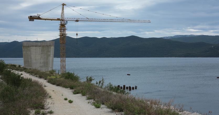 Una gru e un pilone nel sito in cui verrà costruito il ponte che collegherà la cosidetta penisola di Sabbioncello, su cui si trova Dubrovnik, con il resto della Croaziadi Peljesac (Afp)