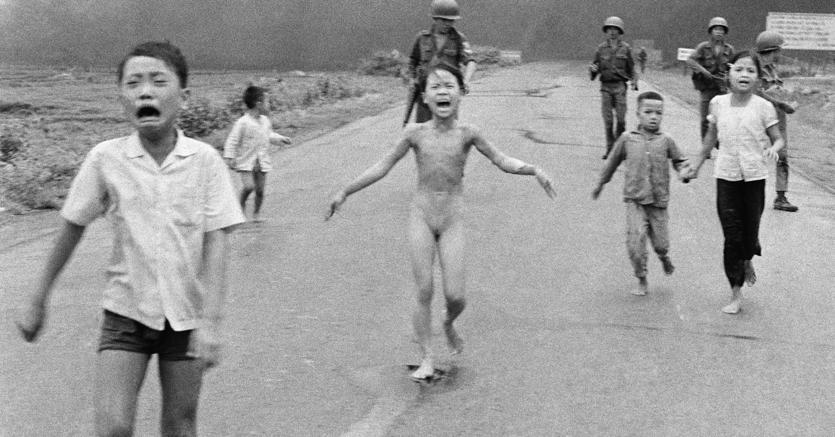 La foto della piccola vittima della guerra in Vietnam censurata da Facebook nel 2016,  e ripristinata dopo le proteste (Ap)