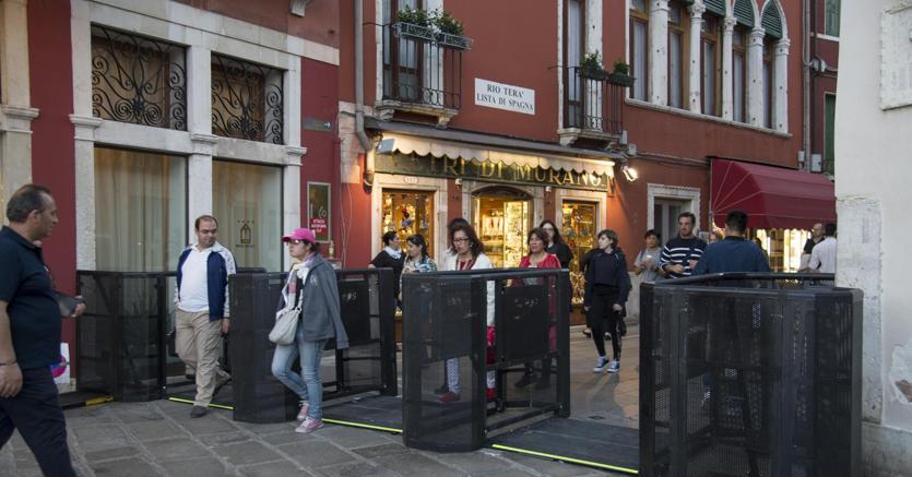Venezia, primi tornelli per deviare i turisti in caso di afflusso eccessivo
