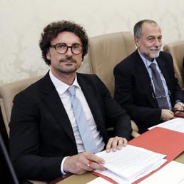 Danilo Toninelli (a destra), ministro delle Infrastrutture, e Mauro Coltorti (al centro), presidente della Commissione Lavori Pubblici del Senato (Ansa)