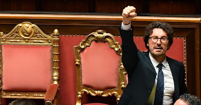 Il ministro delle Infrastrutture e dei Trasporti Danilo Toninelli esulta in aula al Senato dopo l'approvazione del decreto Genova