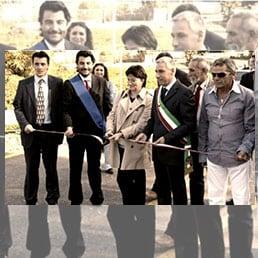 L'inaugurazione del casello di Capannori, sull'A11, nel luglio 2008. Il primo sulla destra è il costruttore, Mario Vuolo, padre di un pluripregiudicato affiliato alla camorra; il primo a sinistra è Gianni Marchi, impiegato di Aspi per il quale la Procura di Roma ha chiesto il rinvio a giudicio
