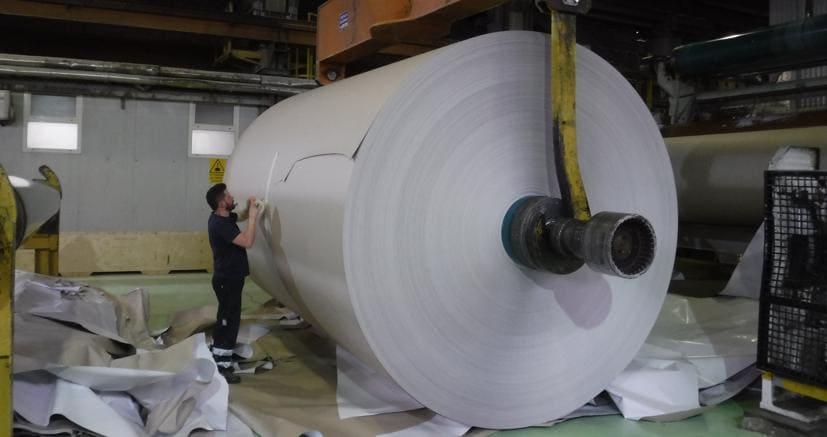 Il riciclo della carta (Ansa)