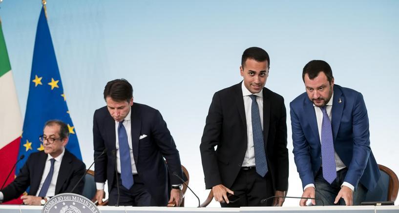 Da sinistra a destra, il ministro dell'Economia Giovanni Tria, il presidente del Consiglio Giuseppe Conte, il ministro del Lavoro e dello Sviluppo economico e il ministro dell'Interno Matteo Salvini al termine della conferenza stampa sulla manovra economica il 3 ottobre (foto Ansa)