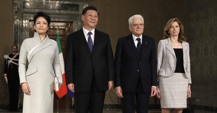 Il presidente Xi Jinping con la moglie Peng Liyaun al Quirinale con il Capo delloStato Mattarella e sua figlia Laura (Ap)