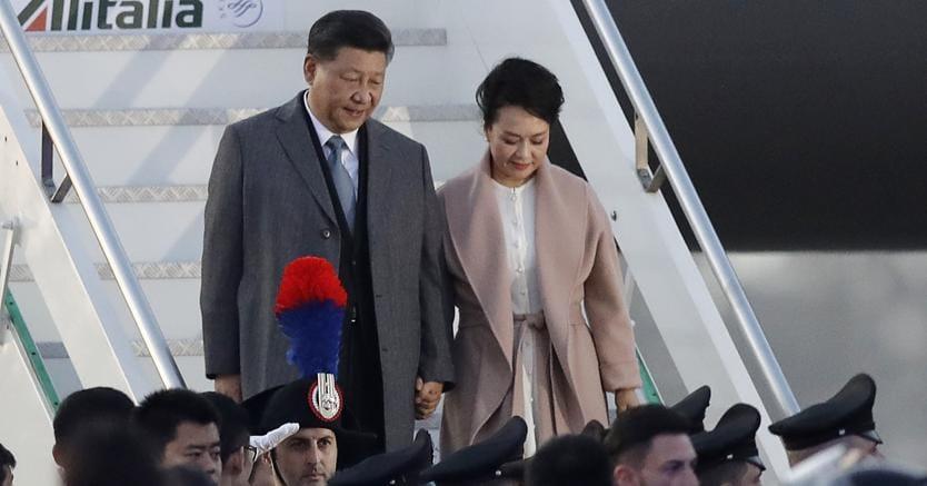 Il presidente cinese Xi Jinping e la moglie Peng Liyuan, soprano e cantante folk,  scendono dalla scaletta dell'aereo, appena atterrato allaeroporto di Fiumicino (foto AP)