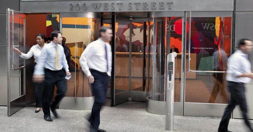 Dipendenti Goldman Sachs all'esterno del quartier generale di New York (Bloomberg)