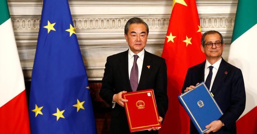 Il ministro degli Esteri cinese Wang Yi e il ministro dell'Economia e delle Finanze, Giovanni Tria (foto Reuters)