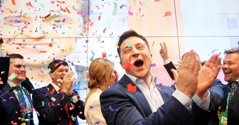 Zelenskiy, il comico eletto nuovo presidente dell'Ucraina  festeggia la clamorosa vittoria (Reuters)