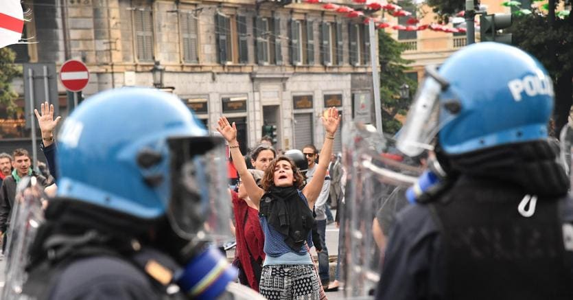 La manifestazione antifascista contro il comizio di Casapound a Genova (Ansa)