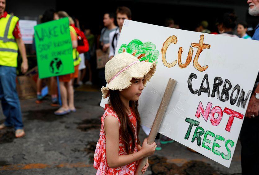 Una manifestante durante gli scioperi contro il climate change (Reuters)