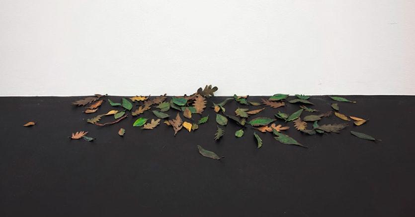 Alvaro Urbano. He would always leave a window open, even at night, 2016. 75 metal leaves, paint. Courtesy: ChertLüdde, Berlino