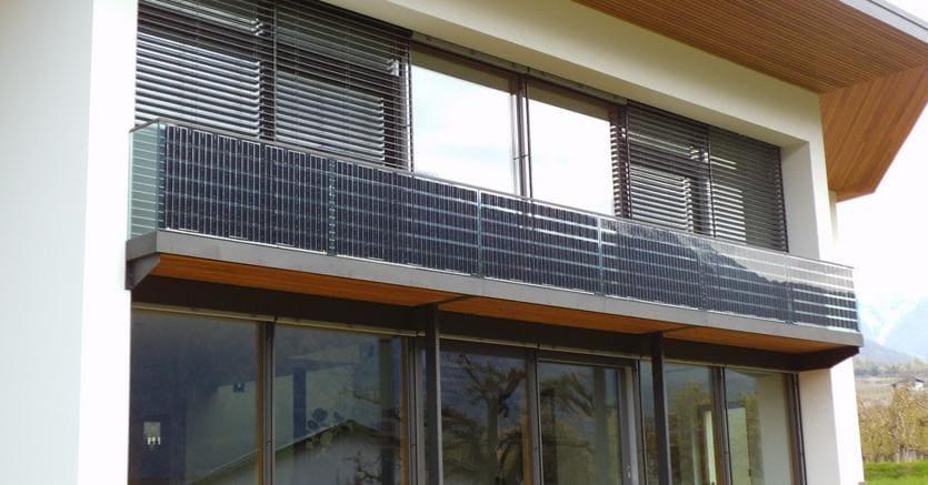 Una installazione realizzata dall'EnergyGlass per l'inserimento di vetri fotovoltaici su un balcone