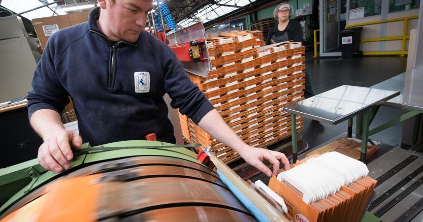 Produzione di buste di carta a Thulin, Belgio (Afp)