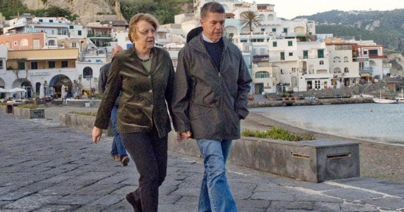 Angela Merkel, con il marito, in una delle ultime vacanze a Ischia (Afp)