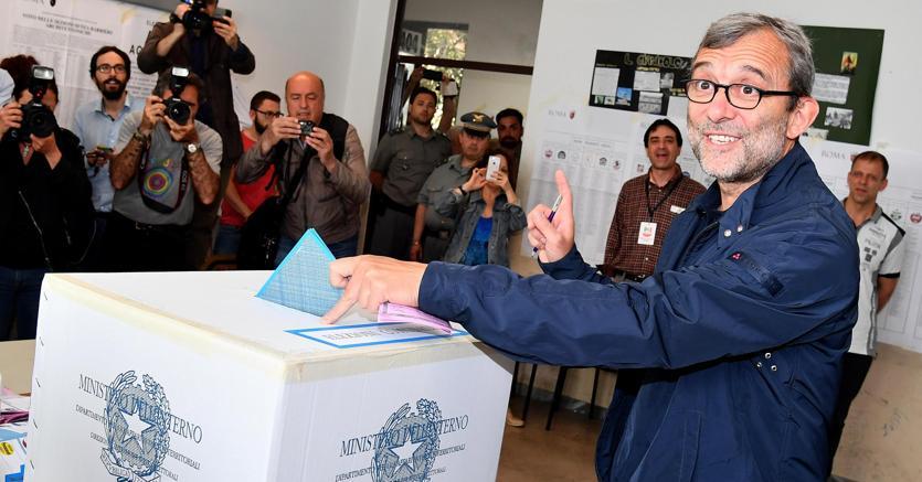 Roberto Giachetti al voto (Ansa)