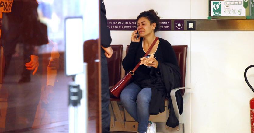 Una parente di una delle vittime del volo Parigi-Cairo della EgyptAir (ANSA/AP Photo/Michel Euler)