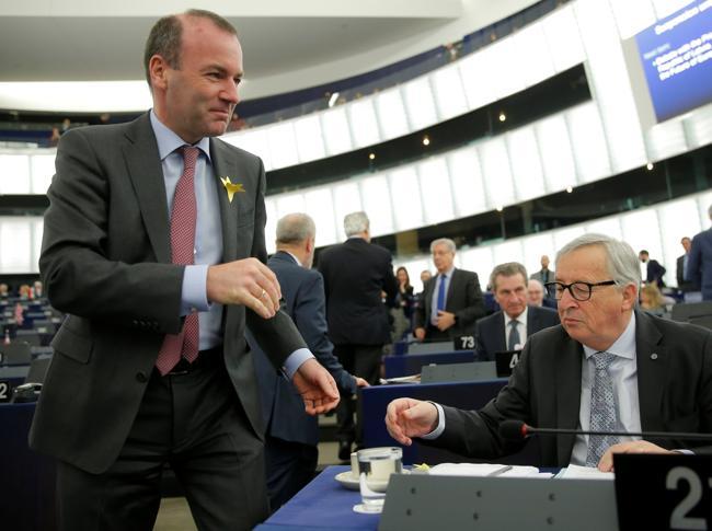 Manfred Weber e Jean-Claude Juncker (Reuters)