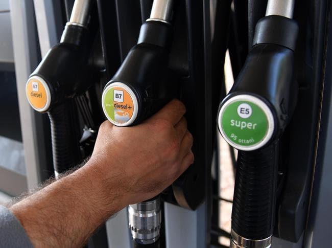 Erogatori di carburante di un distributore a Milano (Ansa)
