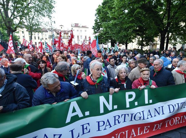 Un momento della fiaccolata a Torino in occasione della festa del 25 aprile (Ansa)