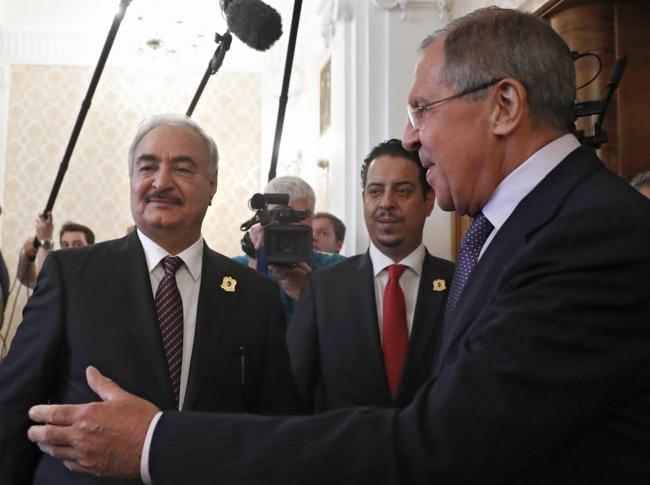 Sergei Lavrov e il generale Haftar (Epa)