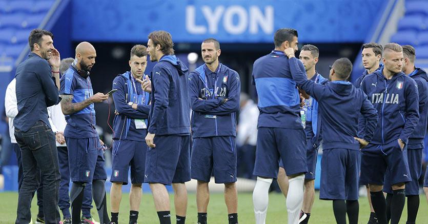 I calciatori della nazionale italiana in visita al campo di Lione dove debutteranno contro il Belgio (Epa)