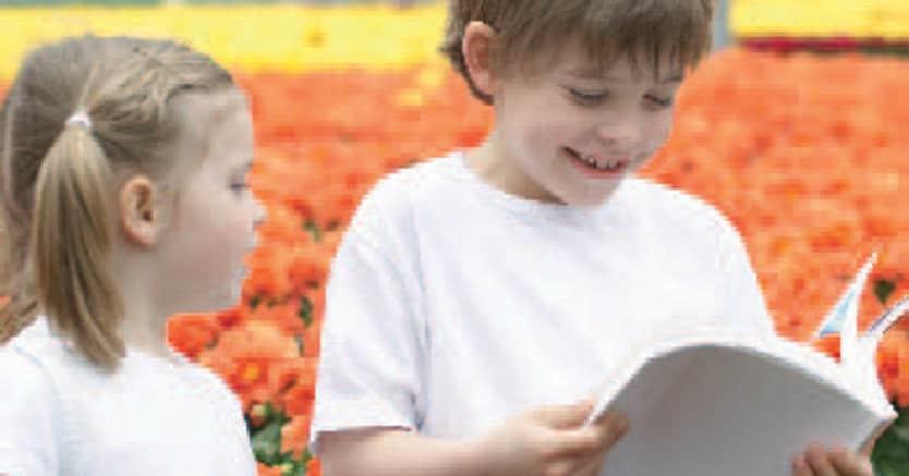 Due bambini imparano i trucchi della coltivazione in una serra