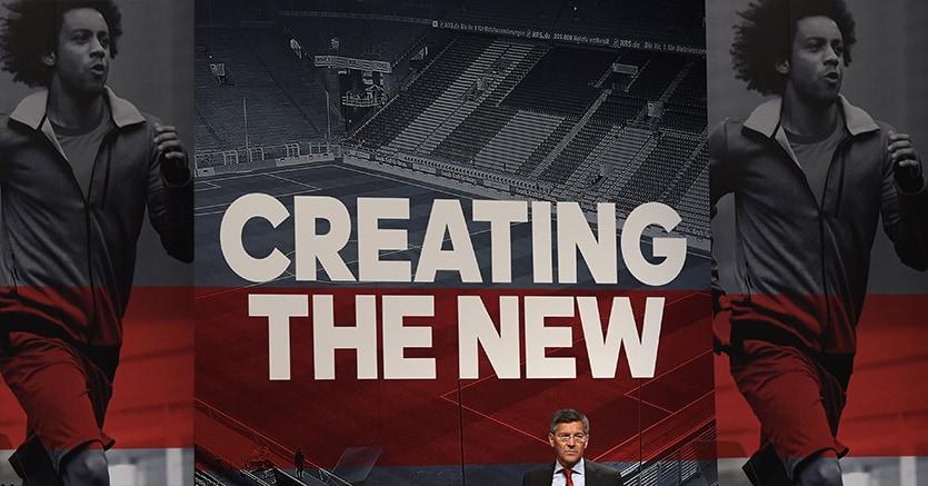 Il Ceo Adidas Herbert Hainer all'assemblea degli azionisti, sullo schermo alle sue spalle il giocatore del Real Madrid Marcelo (Afp)