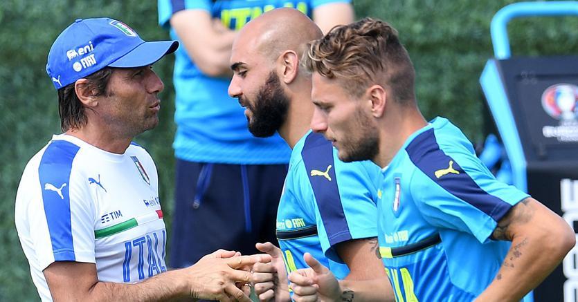 Antonio Conte (S) Simone Zaza (C) e Ciro Immobile durante una sessione d'allenamento (Ansa)