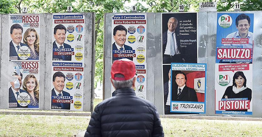 Cartelloni elettorali affisi  a Torino in vista delle prossime elezioni Comunali che avranno luogo il 5 Giugno (Ansa)