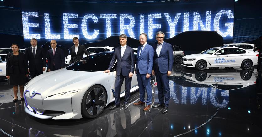 La Bmwi Vision Dynamic, concept car di super car totalmente elettrica presentata a Francoforte