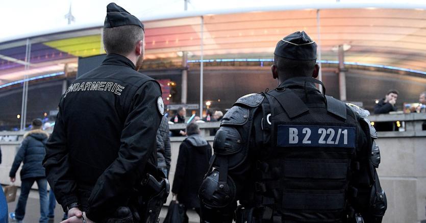 Dopo gli attentati terroristici del 2015 di Charlie Hebdo e del Bataclan, la Francia si prepara alla partita inaugurale Francia-Romania a Saint-denis, nello stesso stadio davanti al quale, non essendo riusciti a entrare, la sera del 13 novembre scorso si sono fatti esplodere tre kamikaze