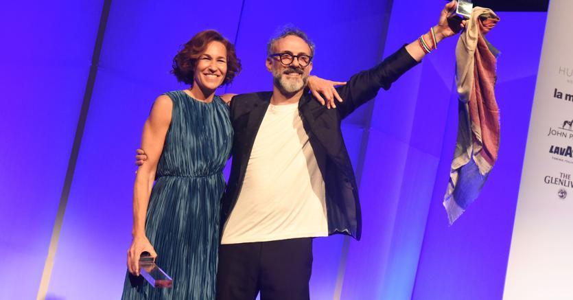 Massimo Bottura con la moglie Lara sul palco dei World's 50 Best Restaurants Awards a New York