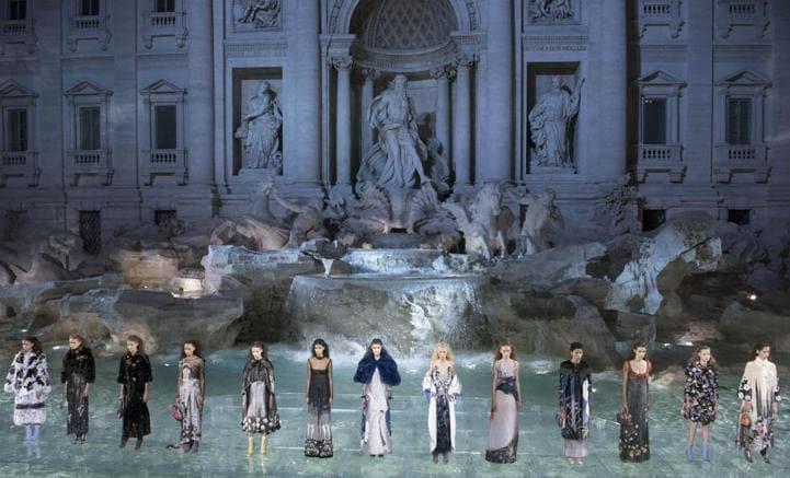 Fendi festeggia i suoi primi 90 anni con una sfilata sulle acque della  Fontana di Trevi c9946d443417
