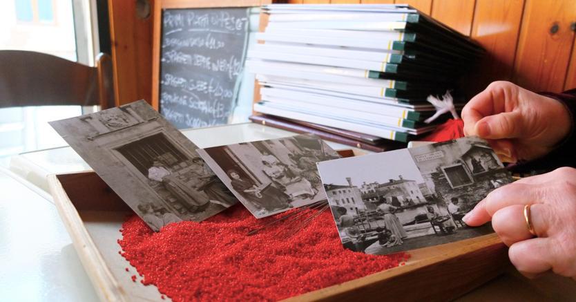 Per raccontare la storia delle impiraresse, Marisa Convento mostra come si lavoravano le conterie e vecchie cartoline che documentano il mestiere