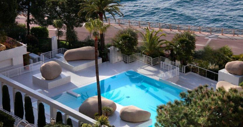 La piscina del Columbus Hotel, tre stelle di design di fronte al roseto dedicato alla Principessa Grace