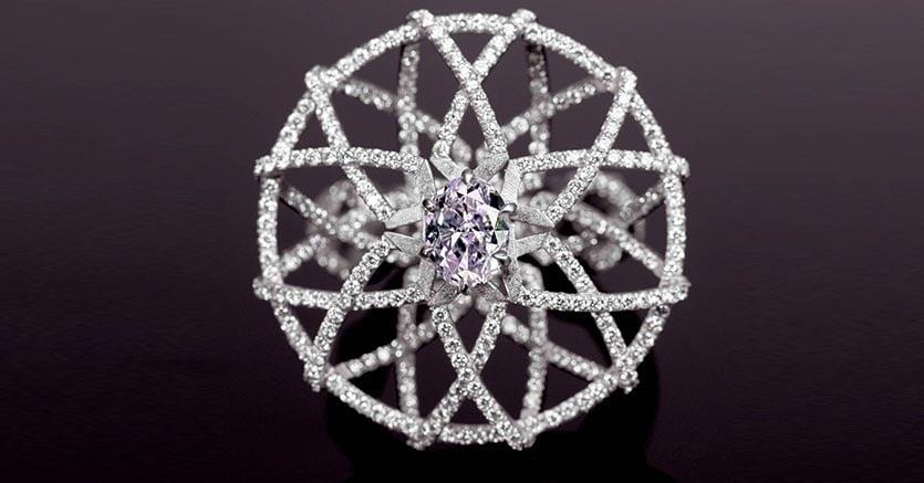 L'anello LILAC TI22 disegnato da Paola Brussino per Scarselli Diamonds, gioielliere specializzato in diamanti colorati rari, indossati tra le altre da Julia Roberts, Mariah Carey e Kim Kardashian. Lilac TI 22 è un anello con tessitura di intrecci di titanio – TI 22 nella tavola periodica degli elementi - e diamante lilla: pietra unica al mondo per purezza e colore, il più raro dei diamanti con clarity certificata VS, il gioiello ha un valore stimato in 2 milioni di euro.