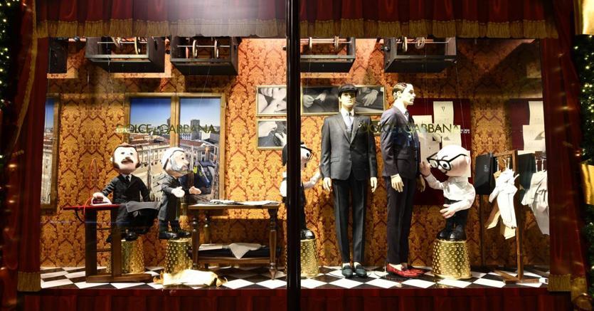Il Natale di Harrods è tutto all insegna di Dolce   Gabbana quest anno. La  fantasia dei due designer italiani ha trasformato il celebre grande  magazzino del ... 346f0a14ba5