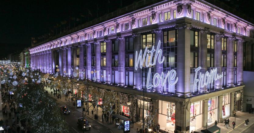 Il department store londinese si prepara con addobbi esterni e vetrine natalizie