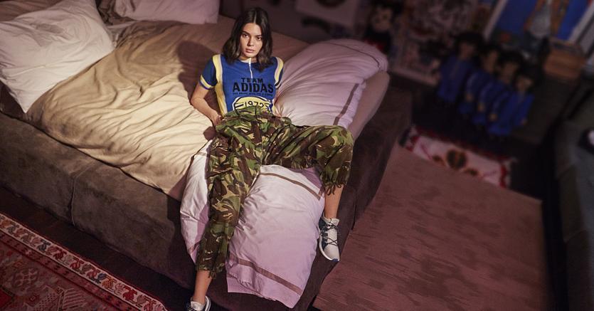 Kendall Jenner, tra le influencer più seguite al mondo, indossa la sneaker Arkyn di Adidas