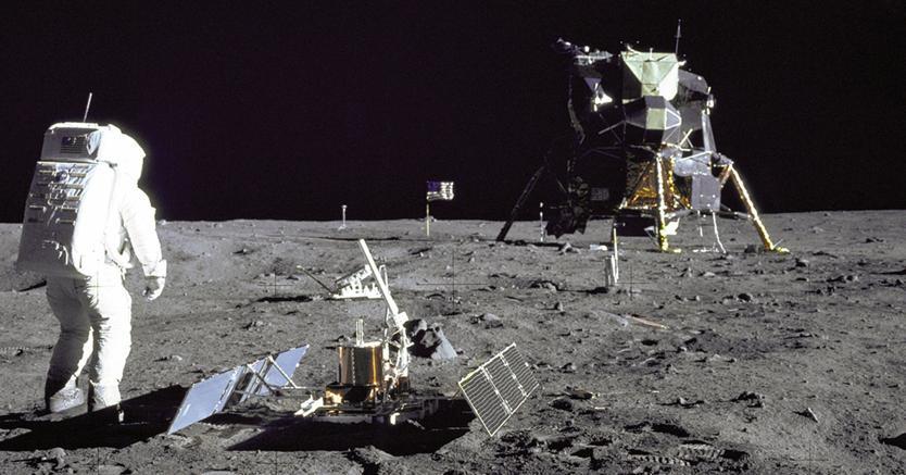 Buzz Aldrin mette in posizione LR3, il riflettore laser che servirà per anni a misurare costantemente la distanza Terra Luna inviando su questi particolari specchi un laser dal nostro pianeta
