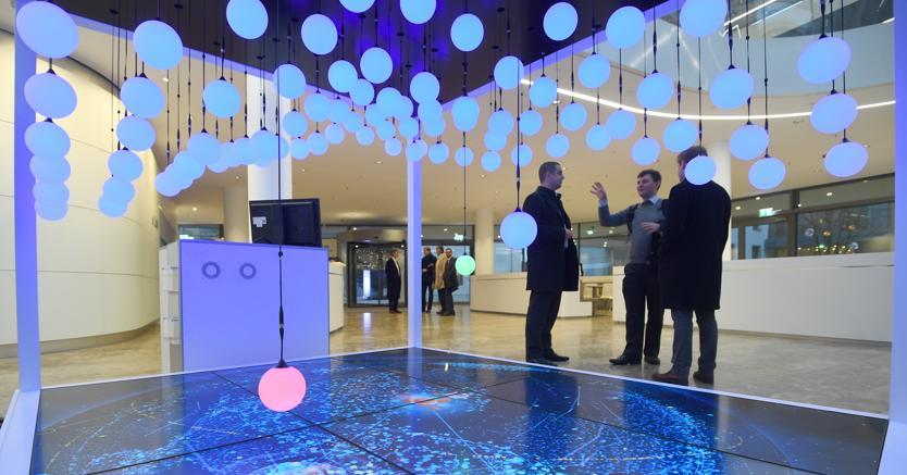 Una installazione ispirata a MindSphere nella hall del nuovo quartier generale di Siemens a Monaco