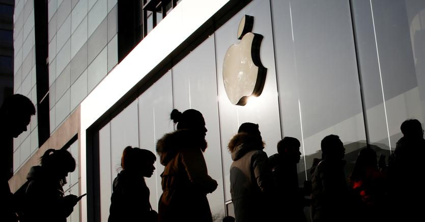 In coda a Pechino davanti a un Apple store (Reuters)