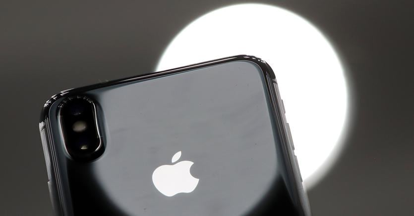Il nuovo iPhone X (Afp)