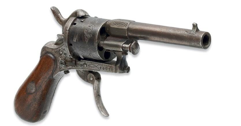 REVOLVER de calibre 7 mm, à 6 coups, crosse en bois et détente pliable. Type Lefaucheux. N° de série 14096. Liège vers 1870. Il porte les poinçons réglementaires du banc d'épreuves de Liège : «ELG et étoile» dans un ovale (en usage de 1853 à 1877) et «q couronné» (contremarque du contrôleur en usage de 1853 à 1877). Initiales «JS» frappées sur la face avant du barillet, probablement celles d'un sous-traitant non identifié. Estimation: €50.000-70.000. Provenance: Paul Verlaine (acheté le 10 juillet 1873 à l'armurerie Montigny à Bruxelles)-armurerie Montigny et successeurs (Chaudron) à Bruxelles - donné à l'actuel propriétaire en 1981