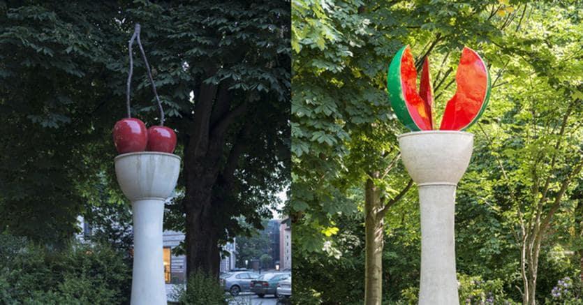 A sinistra Thomas Schütte, Kirschensäule, 1987. © Skulptur Projekte 2017. (Photo: Henning Rogge)A destra Thomas Schütte, Melonensäule, 2017, Installazione a Marl. (Photo: Thorsten Arendt)