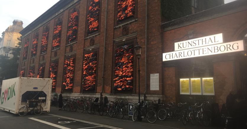 La sede della Fiera CHART con l'installazione di Ai WeiWei, un monumento all'immigrazione fatto di salvagenti. Courtesy Giovanni Gasparini